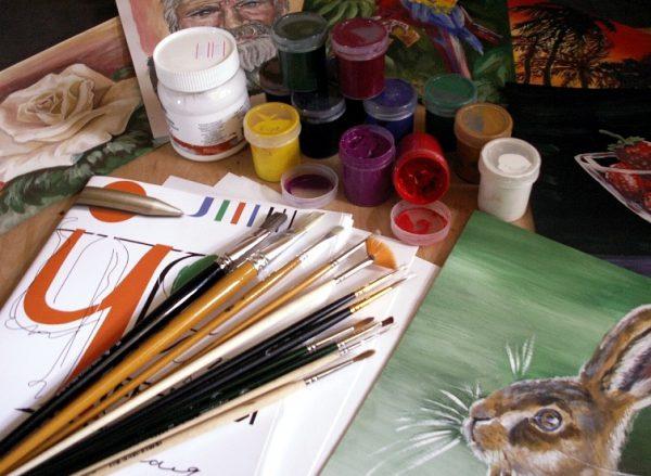 Les peintures à la gouache sont diluées avec de l'eau et sèchent rapidement.