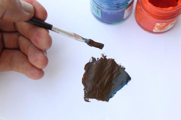 Ajout d'une teinte bleue à l'orange pour une couleur brune