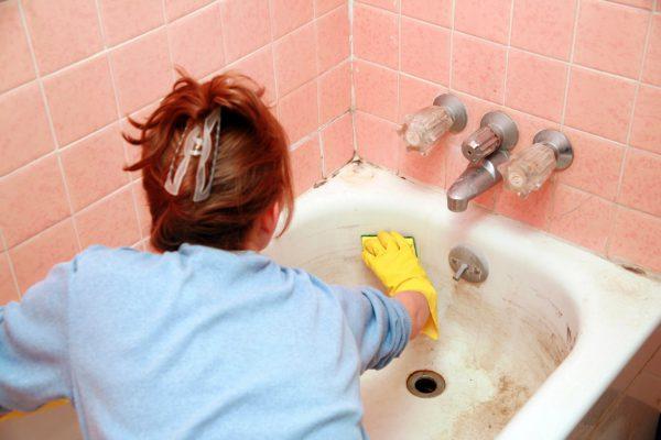 Avant de peindre, lavez la baignoire avec un produit de nettoyage.