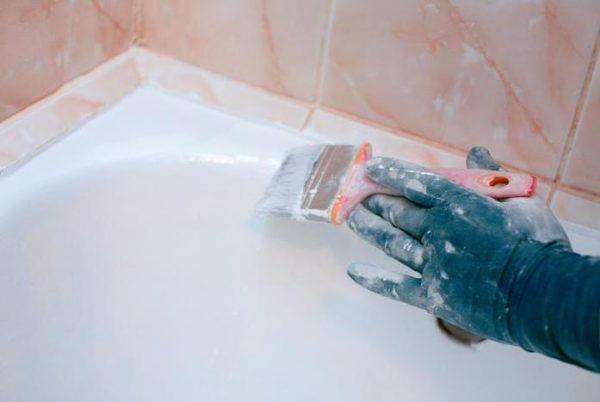 Les baignoires en fonte sont mieux peintes d'émail avec une brosse