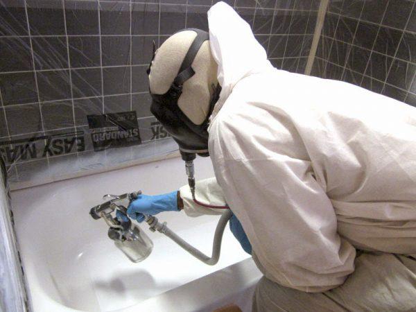 Pulvériser un nouveau revêtement sur le bain