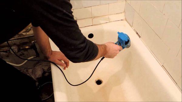 Avant de peindre, séchez le bol du bain