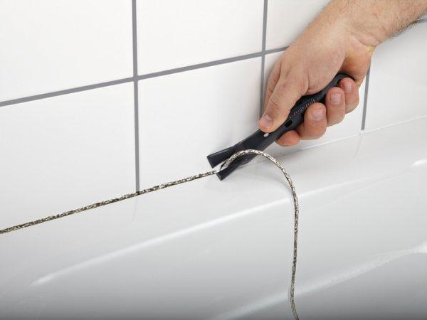 Enlever le coulis affecté par les champignons dans la salle de bain