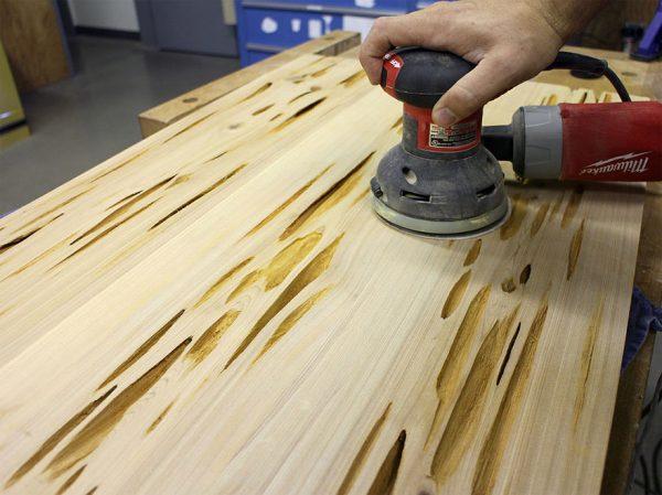 Ponceuse pour préparer une surface en bois à verser