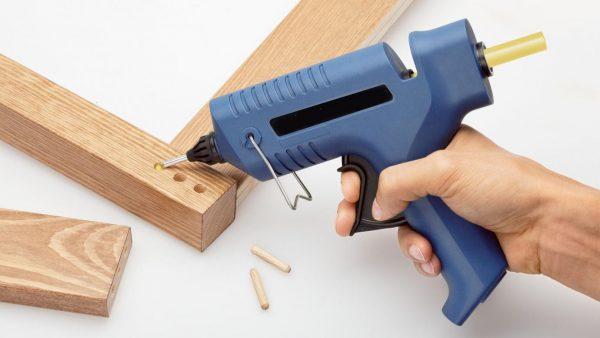En utilisant de la colle chaude, un joint très solide est obtenu.