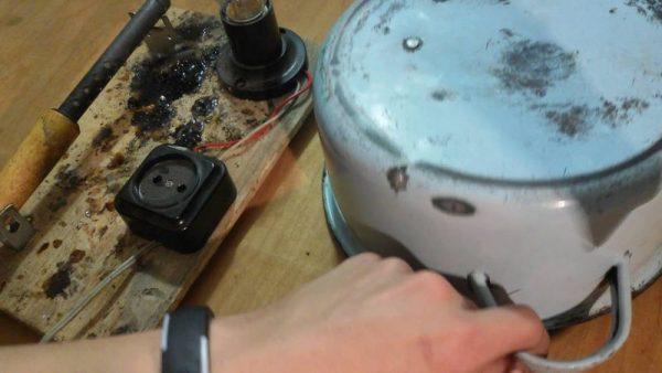 Retirer les copeaux dans une casserole avec un fer à souder chaud