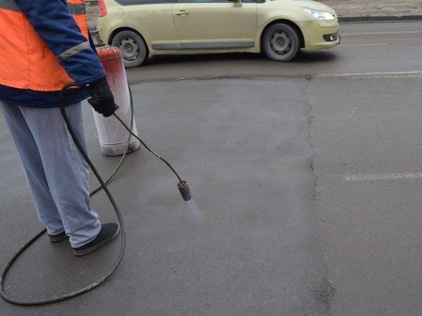 Réchauffement de l'asphalte avant le marquage