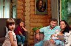 Mikhail Porechenkov avec sa famille dans sa maison