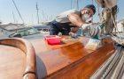 Application de vernis pour yacht